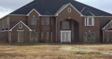 Hus med 46 soverom og 26 bad til salgs for to millioner kroner. Det er bare et lite problem…
